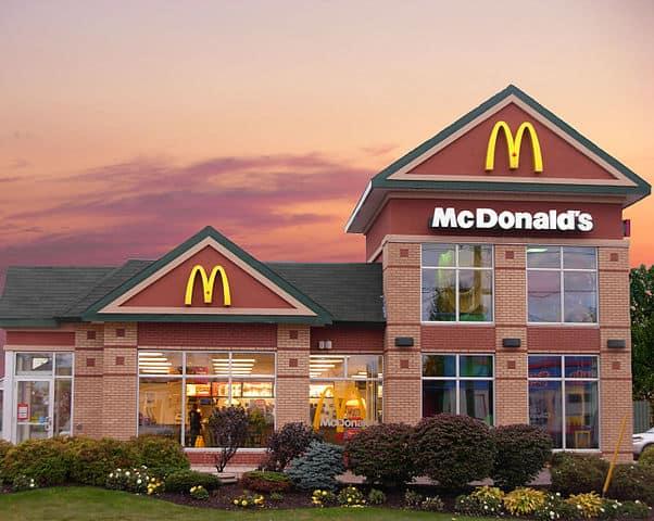 Miből van egy franchise tulajdonosnak (franchise-átadó) bevétele? Miért éri meg neki? – pl. McDonald's, Fornetti…