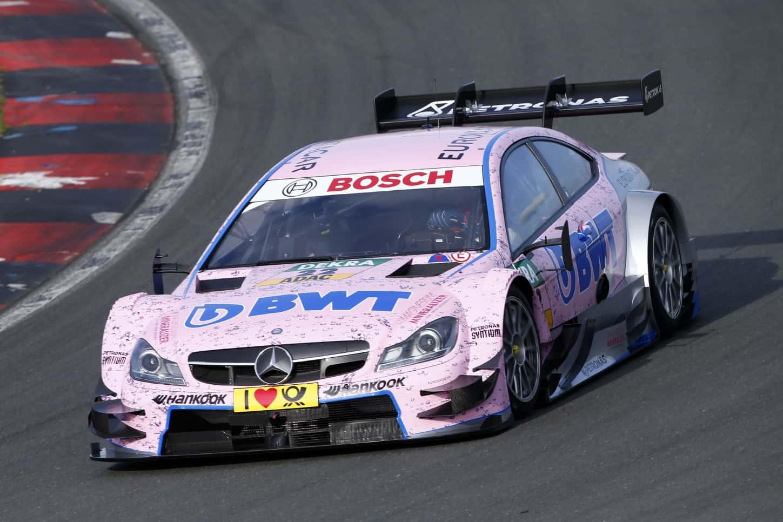 Miért lettek rózsaszín autók a Forma1-es és DTM-es versenyautók között?